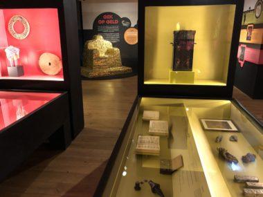 Geld-primeurs in en over het museum